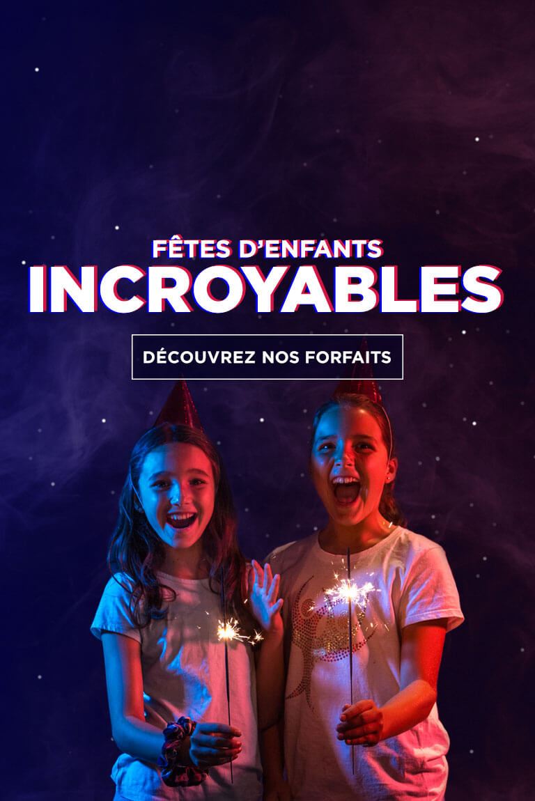 Deux filles avec chandelles dans les mains et chapeau de fête | Fêtes d'enfants incroyables