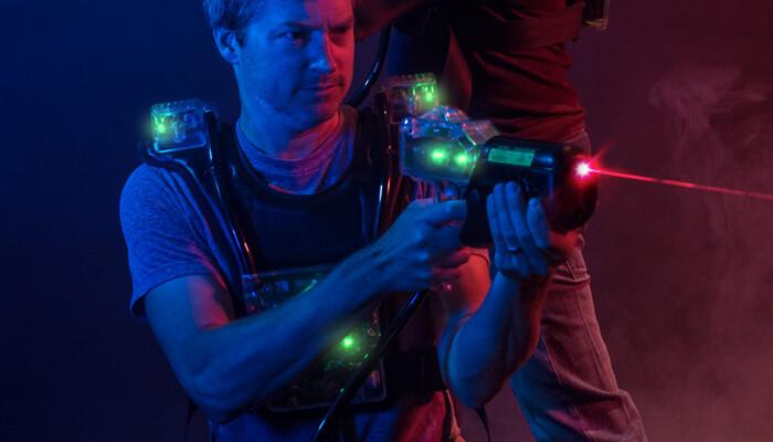 Homme avec équipement de Laser tag