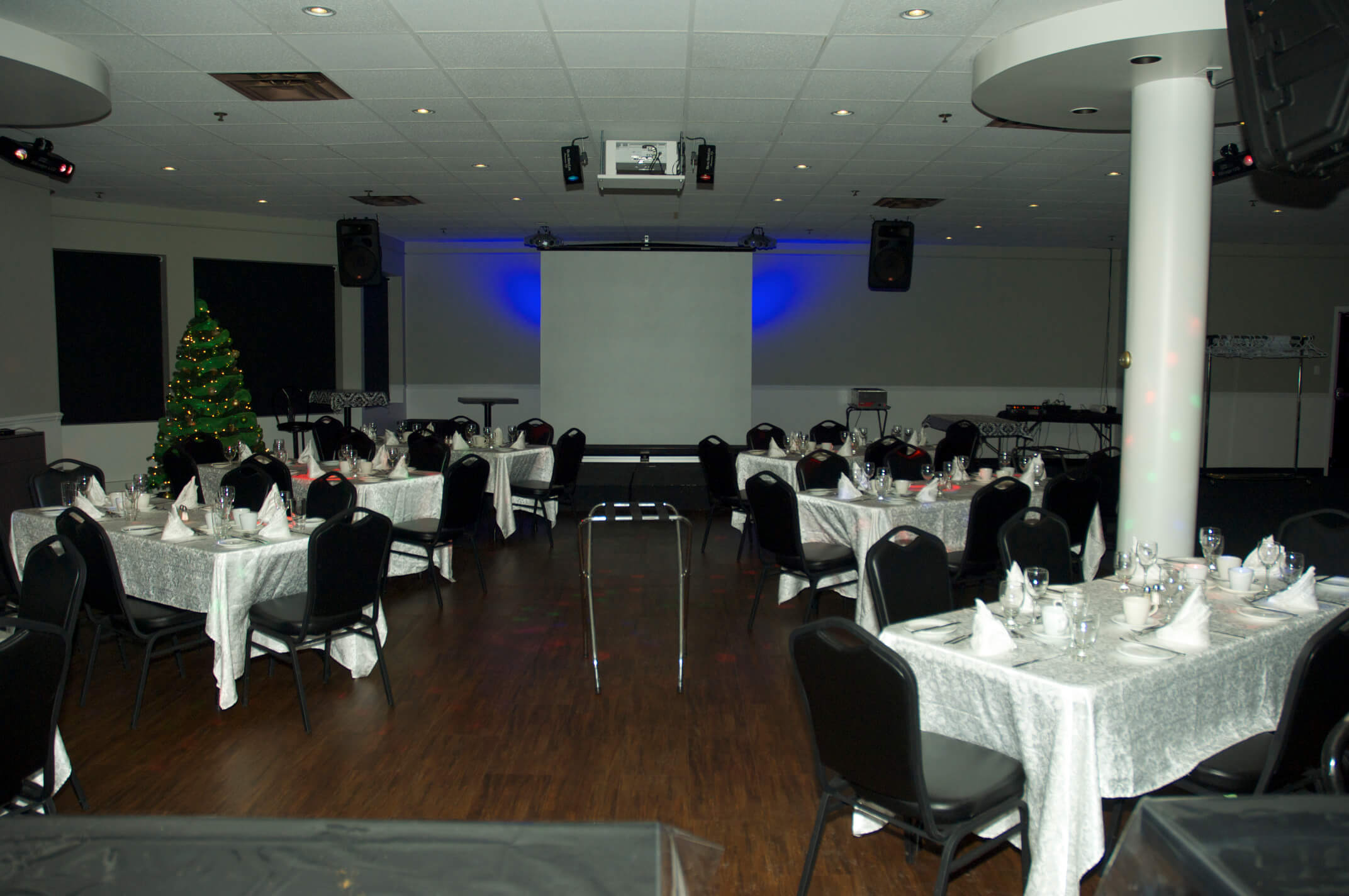 Salle de réception le 2e au BoulZeye avec écran projecteur